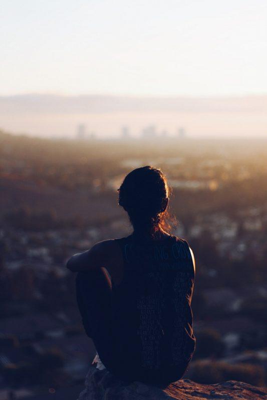 Lo que nos somete, … vive en la sombra.